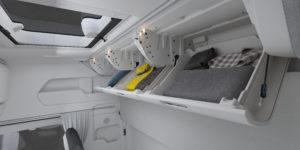 Een primeur zijn de kastjes tegen de achterwand in combinatie met een 90 graden opklapbaar bovenbed.
