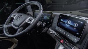 De Actros-chauffeur krijgt een nieuwe cockpit met daarin twee tablet-achtige displays. Het oogt erg futuristisch.