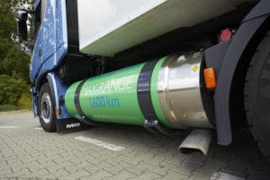 De tank aan de linkerzijde, goed voor 195 kg LNG. Let op de foeilelijke uitlaat.
