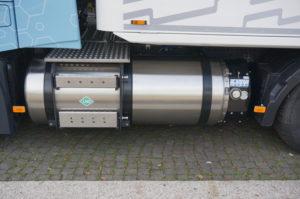 Aan de linkerkant van het chassis zit de LNG-tank…