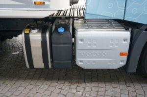 …. en rechts vinden we de diesel- en AdBlue-tanks